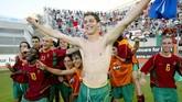 Cristiano Ronaldo memiliki tubuh yang kurang berotot ketika merayakan kemenangan bersama timnas Portugal U-21 di Toulon, 21 Juni 2003. (Photo by (GERARD JULIEN / AFP)