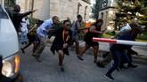 Serangan kedua adalah bom bunuh diri dalam lobi hotel. Korbannya para tamu dan pegawai mengalami luka parah. (REUTERS/Thomas Mukoya)