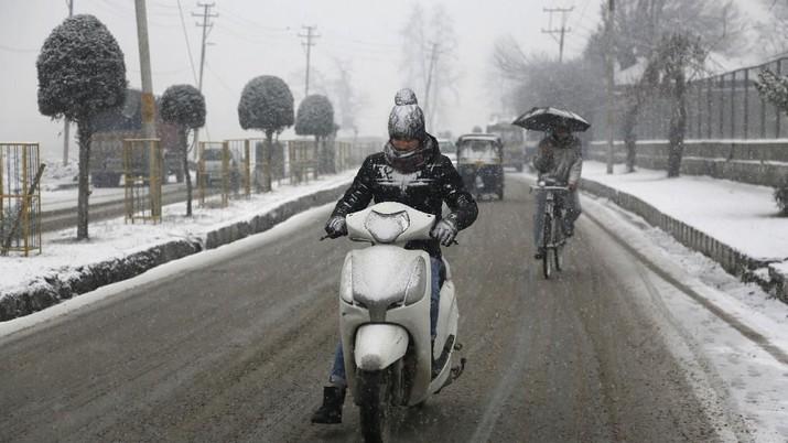 Hujan salju di bagian Kashmir India telah mengganggu lalu lintas udara, dan lalu lintas jalan antara Srinagar dan Jammu.
