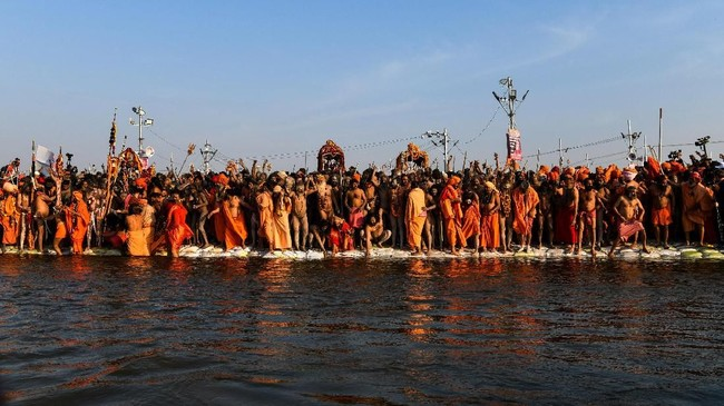 Para Naga Sadhus, atau pria Hindu suci bergantian menceburkan diri dalam sungai yang dipercaya punya sejarah penting untuk agama mereka. (REUTERS/Danish Siddiqui)