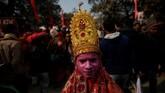 Seorang pria berpakaian sebagai dewa Hindumeminta sedekah dalam acara Shahi Snan sebagai bagian dari Kumbh Mela. (REUTERS/Danish Siddiqui)