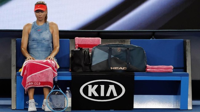 Maria Sharapova duduk di antara pertandingan melawan Rebecca Peterson. Sharapova yang merupakan unggulan ke-30 di turnamen ini menang dalam dua set langsung. (REUTERS/Adnan Abidi)