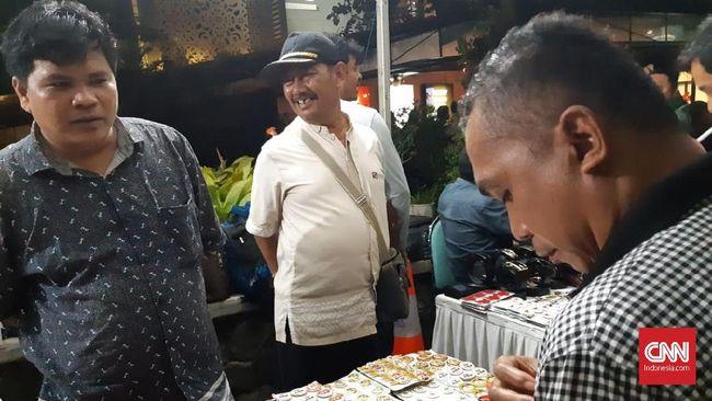 Di Sela Debat Capres Pendukung Prabowo Sandi Jualan Atribut