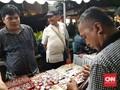 Di Sela Debat Capres, Pendukung Prabowo-Sandi Jualan Atribut