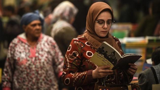 Saat datang ke Soor el-Azbakeya, pemandangan utama yang terlihat ialah rak buku tinggi berisi tumpukan buku.