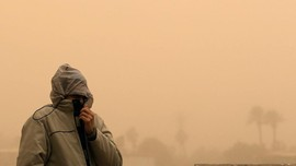 FOTO: Bergumul dengan Badai Pasir di Mesir