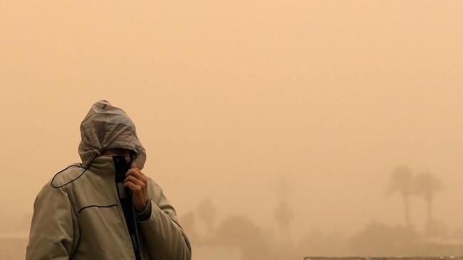 Kementerian Kesehatan Mesir meminta warga tidak beraktivitas di luar ruangan untuk menghindari gangguan kesehatan akibat badai pasir. (REUTERS/Mohamed Abd El Ghany)