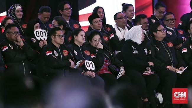 Di sisi lain kubu Tim Kampanye Nasional (TKN) Jokowi-Ma'ruf Amin turut hadir dalam debat capres perdana 2019 ini. Mereka memberi dukungan kepada Jokowi-Ma'ruf. (CNN Indonesia/Safir Makki).