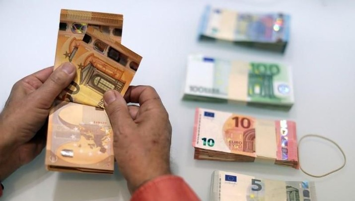 FILE PHOTO: A money changer counts Euro banknotes at a currency exchange office in Nice, France November 17, 2017. REUTERS/Eric Gaillard