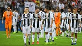 Para pemain Juventus Federico Bernardeschi, Mattia De Sciglio, Leonardo Spinazzola dan Joao Cancelo berjalan mengelilingi stadion untuk merayakan gelar Piala Super Italia 2018. (REUTERS/Waleed Ali)