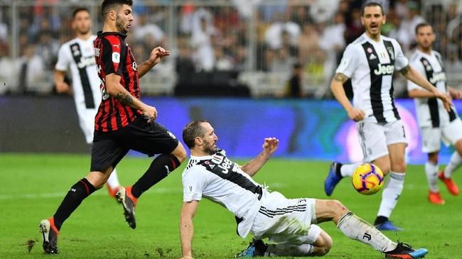 Di awal babak kedua AC Milan memiliki peluang emas, tapi tendangan keras Patrick Cutrone hanya membentur mistar gawang Juventus. (REUTERS/Waleed Ali)
