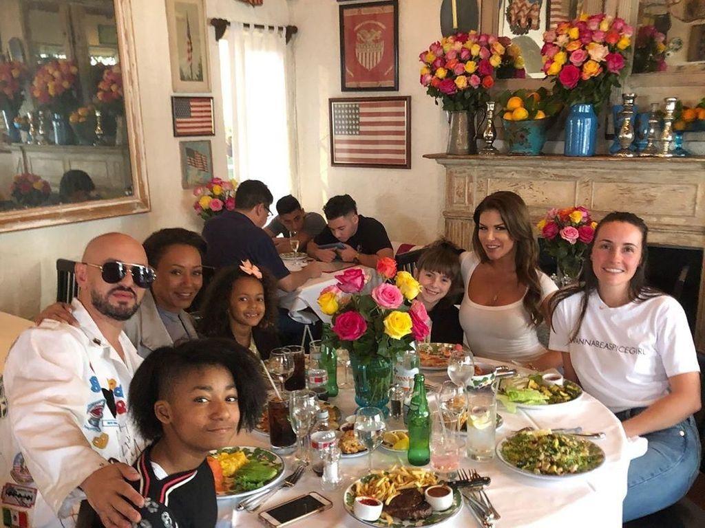 Heboh Jalani Operasi Kikis Miss V, Mel B Spice Girl Sering Kulineran Bareng Anak