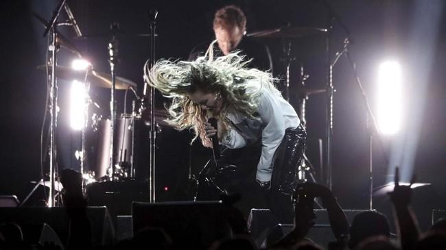 Miley Cyrus bahkan ikut bergabung malam itu, menyanyikan As Hope and Promise Fade. (REUTERS/Mario Anzuoni)