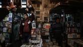 Bagi yang mau membeli buku silakan menawar harganya dengan pembeli. Tapi jika buku termasuk langka, jangan harap bisa menawarnya dengan harga nekat.