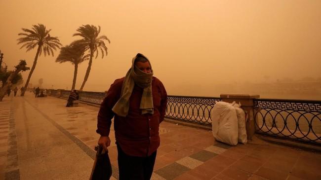 Badai pasir menerjang Ibu Kota Mesir, Kairo, dan sejumlah kota di pesisir pantai. (REUTERS/Mohamed Abd El Ghany)