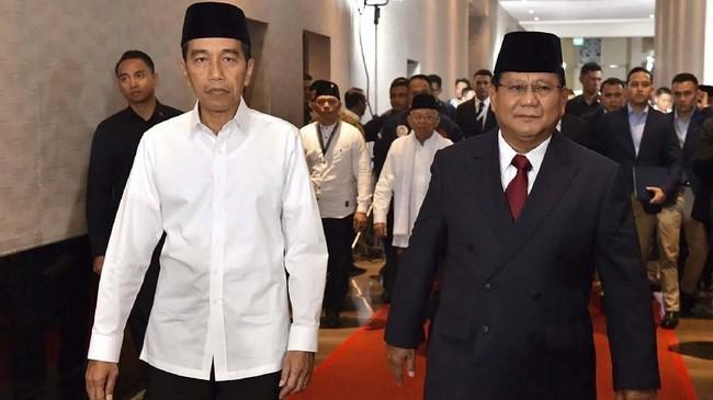 Capres nomor urut 01 Joko Widodo (kiri) berjalan bersama capres nomor urut 02 Prabowo Subianto sebelum mengikuti Debat Capres Perdana 2019, di Hotel Bidakara, Jakarta, Kamis (17/1). (ANTARA FOTO/Setneg-Agus Suparto/foc.).