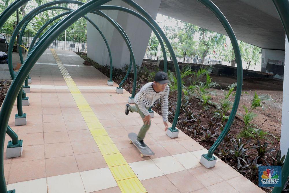 Seorang warga bermain skateboard di arena skate park yang di bangun dI kolong flyover Slipi, Jakarta, Kamis (17/1/2018).Pemprov DKI berencana akan menata seluruh kolong jembatan layang di Jakarta menjadi ruang publik.(CNBC Indonesia/Muhammad Sabki)