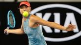Maria Sharapova mengembalikan bola ke Rebecca Peterson. Sharapova menang 6-2 dan 6-1 atas Peterson di babak kedua Australia Terbuka 2019. (REUTERS/Adnan Abidi)