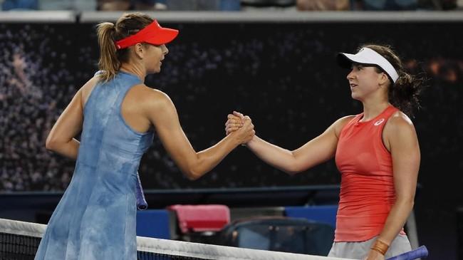 Maria Sharapova bersalaman dengan Rebecca Peterson usai pertandingan yang dia menangi hanya dalam dua set. (REUTERS/Adnan Abidi)