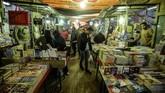 Nama pasar buku tersebut diambil dari nama taman yang berada di dekatnya. Padatnya penjual buku baru dan bekas di sini menjadikan Soor el-Azbakeya sebagai pusat literasi di Kairo.