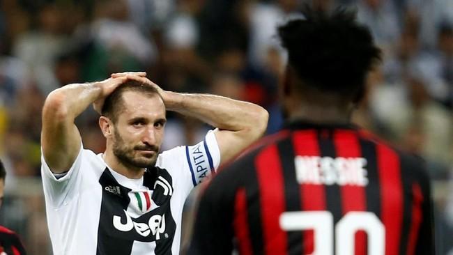 Usaha AC Milan untuk menyamakan kedudukan semakin berat setelah Franck Kessie mendapat kartu merah pada menit ke-74 karena menekel Emre Can. (REUTERS/Faisal Al Nasser)