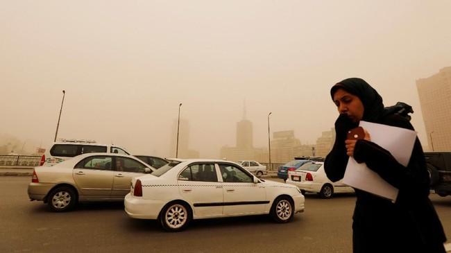Sejumlah orang memutuskan membatalkan sejumlah agenda karena terhambat badai pasir. (REUTERS/Amr Abdallah Dalsh)