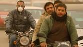 Para pengendara sepeda motor khawatir karena jarak pandang mereka sangat terbatas akibat badai pasir. (REUTERS/Mohamed Abd El Ghany)
