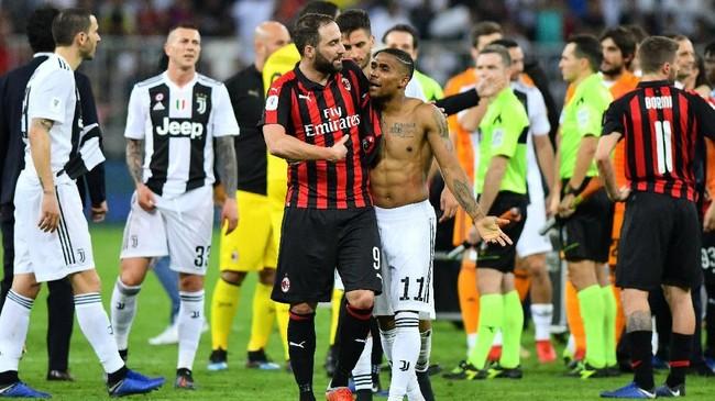 Winger Juventus Douglas Costa sempat berdebat dengan bomber AC Milan pinjaman Juventus Gonzalo Higuain usai laga Piala Super Italia 2018. (REUTERS/Waleed Ali)