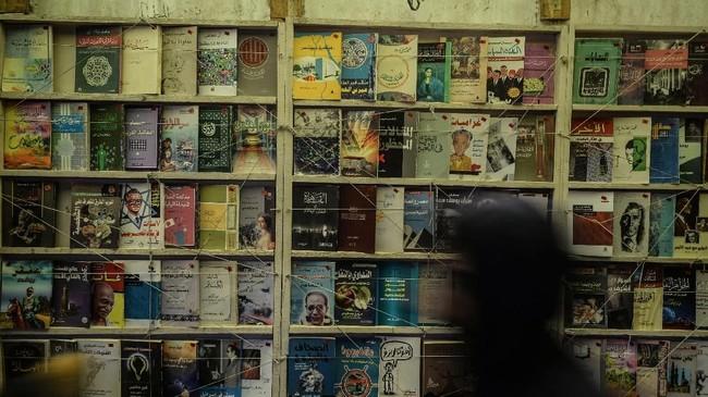 Seakan dimakan zaman, kini Soor el-Azbakeya tak begitu ramai pembeli. Sebutan pasar senggol seakan luntur. Penjual buku banyak yang beralih menjual baju atau makanan di sekitar pasar.