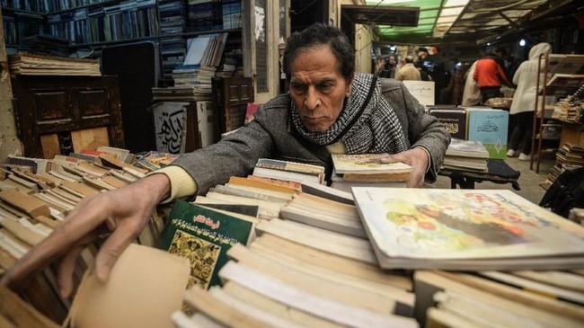 Soor el-Azbakeya bermula sejak abad ke-19. Pasar buku ini muncul karena banyaknya kedai kopi dan tempat makan tempat kongko dan berbincang pemuda dan pemudi berikut pendatang di Kairo pada masa tersebut.
