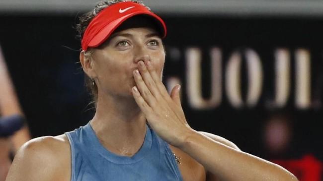 Maria Sharapova merayakan kemenangan atas Rebecca Peterson dengan memberi hormat kepada penonton yang setia menonton hingga Kamis dini hari. (REUTERS/Adnan Abidi)