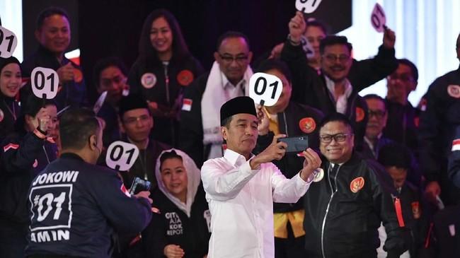 Sedangkan momen lainnya ketika capres nomor urut 01 Joko Widodo tampak berswafoto bersama pendukungnya saat jedadebat capresperdana 2019. (ANTARA FOTO/Sigid Kurniawan).
