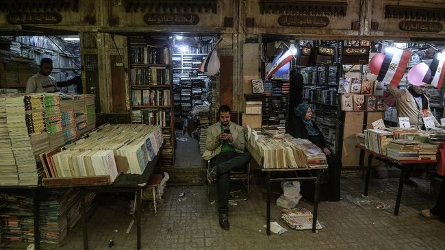 Tanah Arab bukan cuma destinasi wisata belanja barang fesyen, karena di Kairo ada pasar buku yang bernama Soor el-Azbakeya.