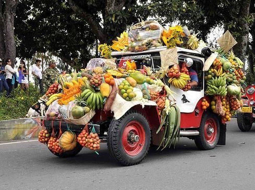 Serunya Lihat Deretan Jeep Bermuatan Sayur dan Buah di Festival Yipao