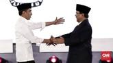Capres nomor urut 01 Joko Widodo dancapres nomor urut 02 Prabowo Subianto berjabat tangan sebelum debat capres perdana 2019 dimulai. (CNN Indonesia/Safir Makki).