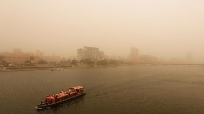 Sejumlah pelabuhan di Mesir ditutup karena dampak dari badai pasir. (REUTERS/Amr Abdallah Dalsh)