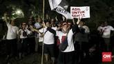 Misalnya kelompok pendukung Prabowo Subianto-Sandiaga Uno yang nonton bareng di lapangan bola dekat Hotel Bidakara. (CNN Indonesia/Andry Novelino).