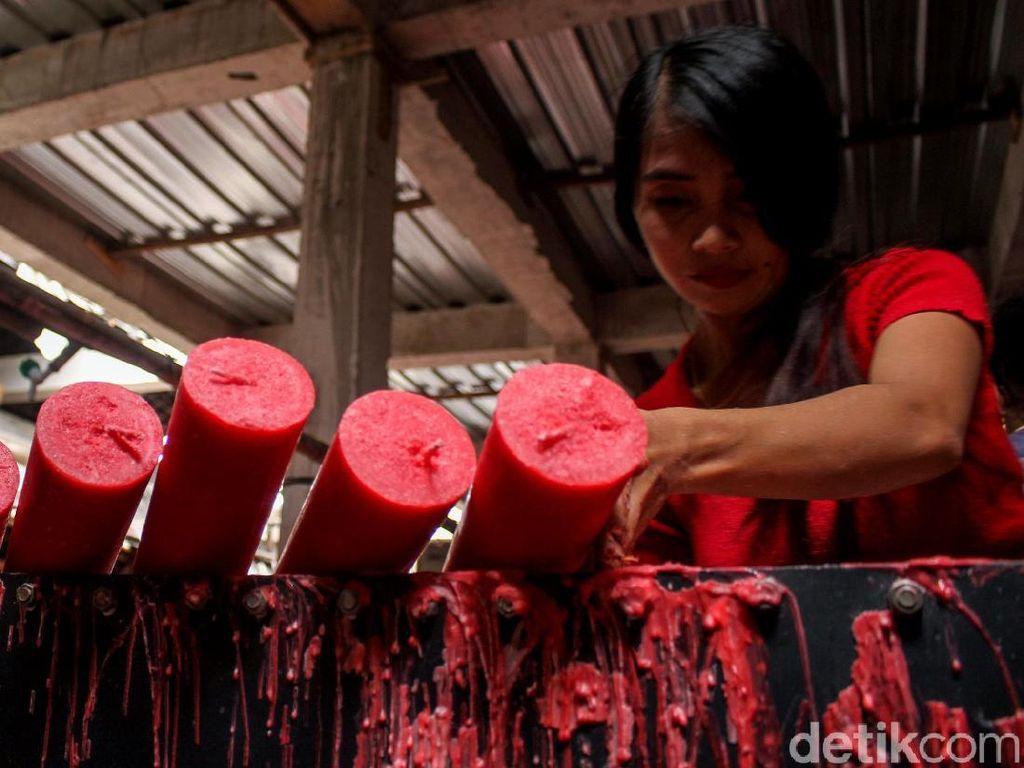 Produksi Lilin Dikebut Jelang Imlek