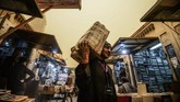 Selain dipajang di toko, banyak juga penjual yang menjajakan bukunya sambil berkeliling.