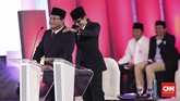 Salah satu momen dalam debat capres perdana 2019 ini adalah ketika cawapres Sandiaga Uno tampak memijat pundak Prabowo Subianto. (CNN Indonesia/Safir Makki)