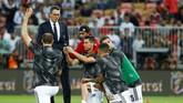 Seorang penyusup berusaha meminta selfie dengan Cristiano Ronaldo jelang laga Piala Super Italia 2018 antara Juventus vs AC Milan. (REUTERS/Faisal Al Nasser)