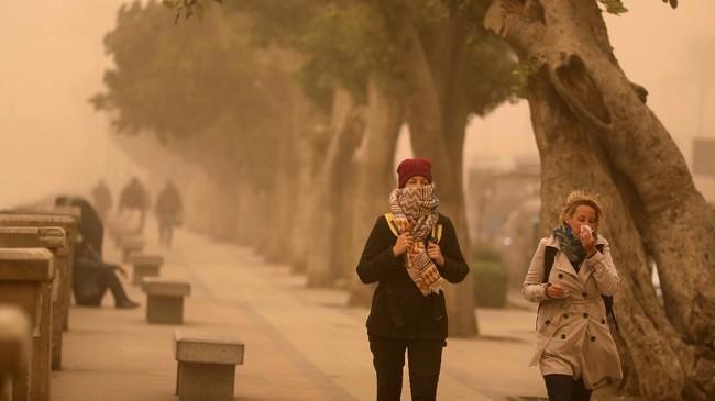 Bandara Kairo juga tutup imbas cuaca buruk karena badai pasir. (REUTERS/Mohamed Abd El Ghany)