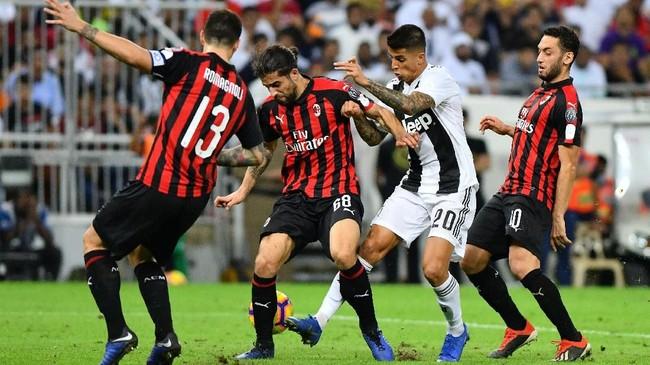AC Milan memberi perlawanan sengit kepada Juventus. Meski begitu Juventus tetap menjadi tim yang paling sering mendapat peluang mencetak gol. Skor imbang tanpa gol bertahan hingga akhir babak pertama. (REUTERS/Waleed Ali)