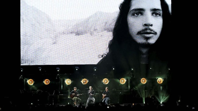 Chris Cornell seakan 'dihidupkan' kembali lewat konser 'I Am the Highway: A Tribute to Chris Cornell' yang diselenggarakan Rabu (16/1) malam di The Forum, Inglewood, Los Angeles, Amerika Serikat. (REUTERS/Mario Anzuoni)