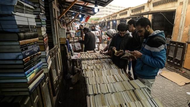 Pasar Soor el-Azbakeya berada di antara gang kecil. Pasar senggol, begitu sebutannya, karena penjual dan pembeli saling bersenggolan akibat sempitnya ruang.