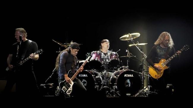 Konser itu dipandu oleh Jimmy Kimmel dan dihadiri rekan-rekan dekat Cornell sesama musisi, termasuk dari Soundgarden, Audioslave, Foo Fighters, Maroon 5, dan Metallica. (REUTERS/Mario Anzuoni)