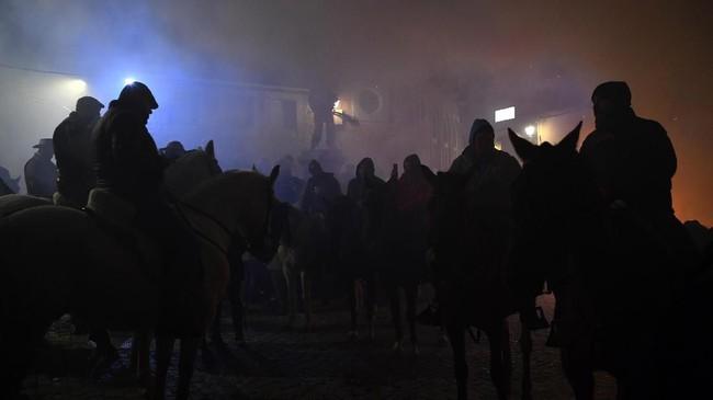 Para penggunggah kuda berkumpul di kota San Bartolome di Provinsi Avila, Spanyol tengah, bersiap untuk perayaan festival tradisional Luminarias pada 16 Januari 2018. (AFP/GABRIEL BOUYS)