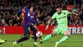 Barcelona membuka keunggulan pada menit ke-30 setelah Ousmane Dembele mencetak gol menerima umpan terobosan Lionel Messi. (REUTERS/Albert Gea)