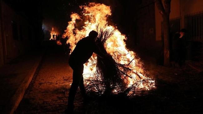 Setiap tahunnya, pada 16 Januari malam, penduduk merayakan Luminarias yang dianggap sebagai upaya pemurnian hewan dan mempersiapkan untuk setahun ke depan. (AFP/GABRIEL BOUYS)