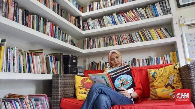 Andari Karina Anom sudah dicekoki petualangan Tintin sejak kecil. Cerita tentang reporter berambut jambul yang keliling dunia bersama Snowy, anjingnya itu pun membekas. (CNN Indonesia/Agniya Khoiri)